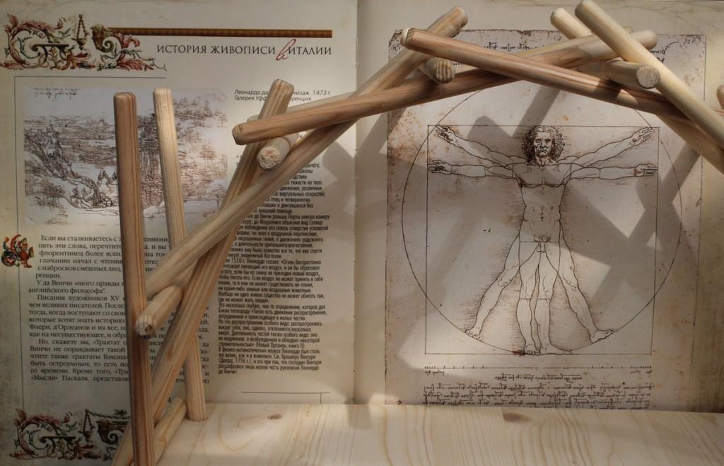 Собранный конструктор-головоломка «Мост Леонардо»