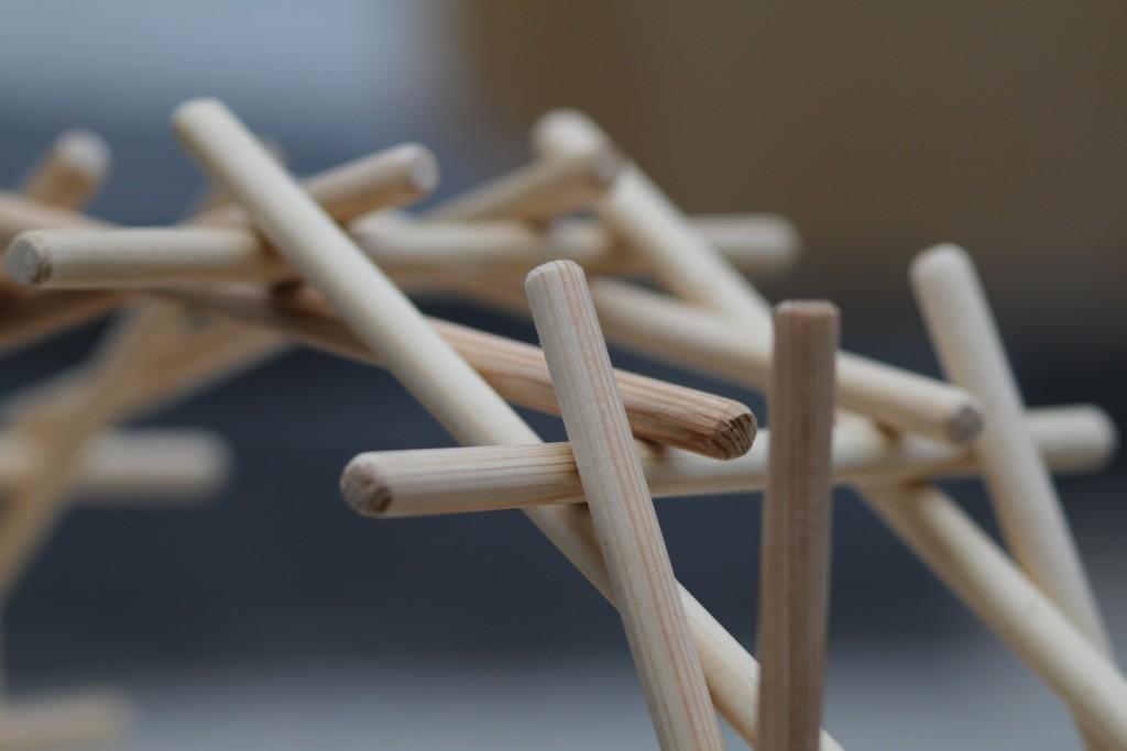 Собранный конструктор-головоломка «Мост Леонардо» - крупный план
